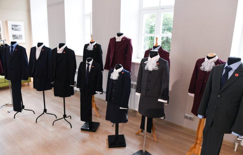 В двух школах города Бологое выдают школьную форму многодетным