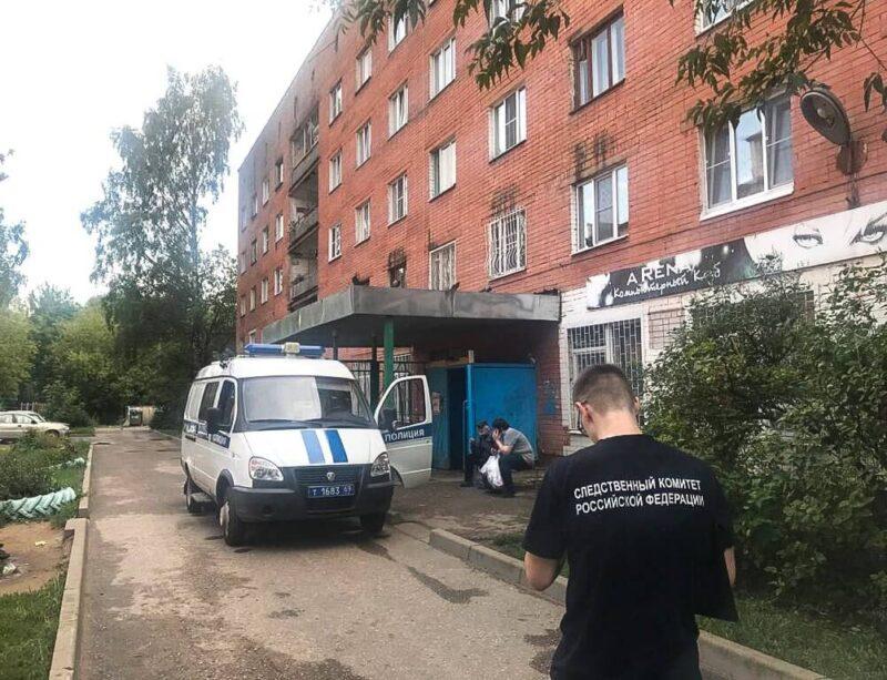 В Заволжском районе Твери из окна выпала 3-летняя девочка