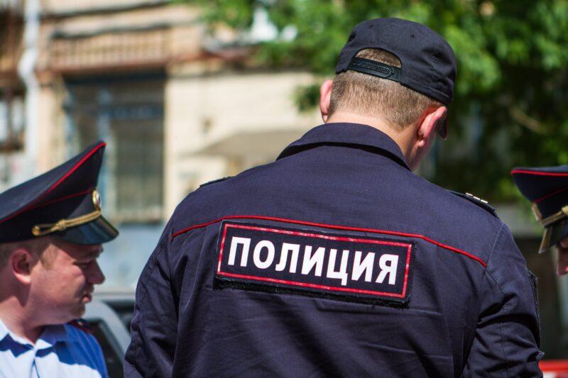 В Твери в отдел полиции привезли пьяного молодого человека с неопознанными свертками
