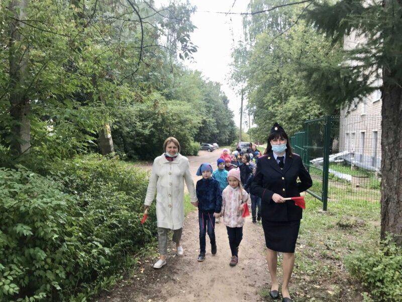 В Тверской области сотрудники Госавтоинспекции пошли на прогулку с детсадовцами