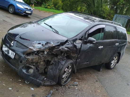 В Твери ГАЗель столкнулась с легковым авто на встречной полосе
