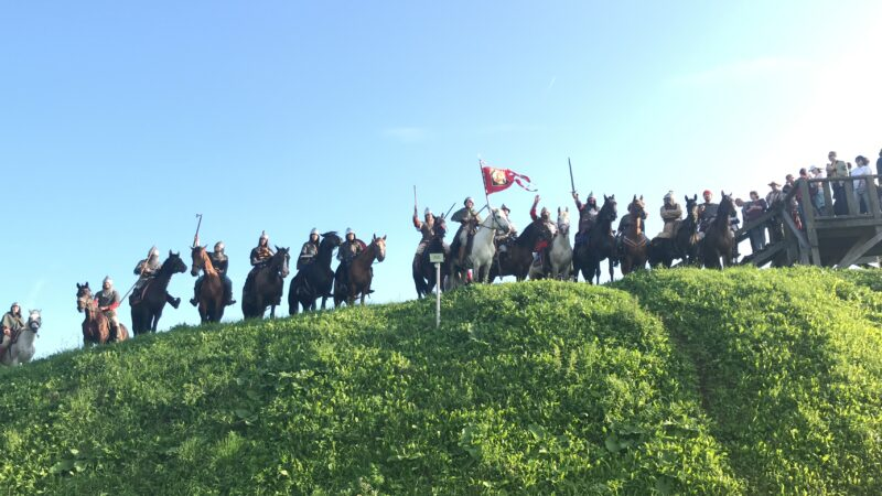 В Торжок прибыли участники уникальной исторической реконструкции конного похода Александра Невского