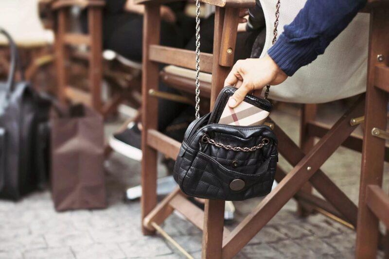 В Калининском районе у девушки в кафе из сумочки украли кругленькую сумму