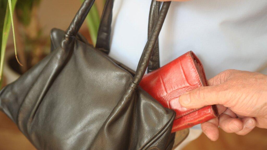 В Твери мужчина украл кошелек у коллеги по работе