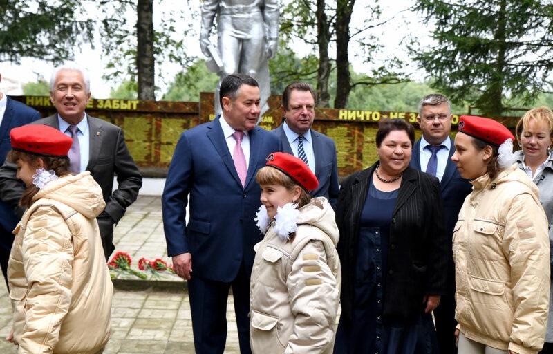 Игорь Руденя в поселке Мирный Торжокского района возложил цветы к Мемориалу памяти павших воинов