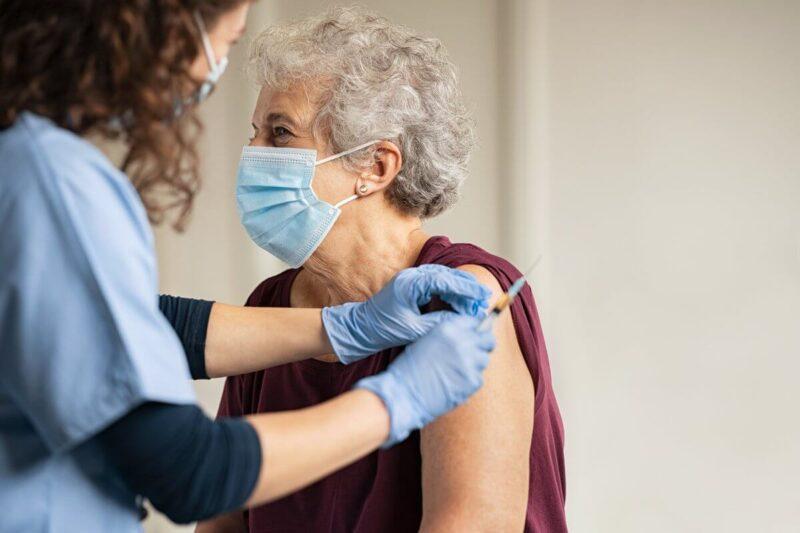 В Тверской области прививку от коронавируса сделали более 110 тысяч жителей старшего возраста