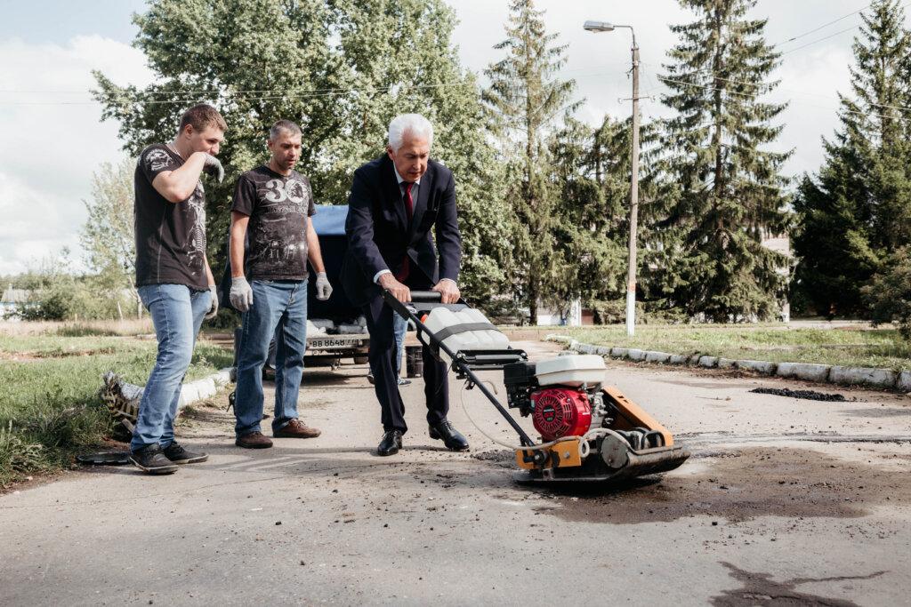 Владимир Васильев и волонтеры Торжокского района на пути к безъямью продолжают реализацию проекта