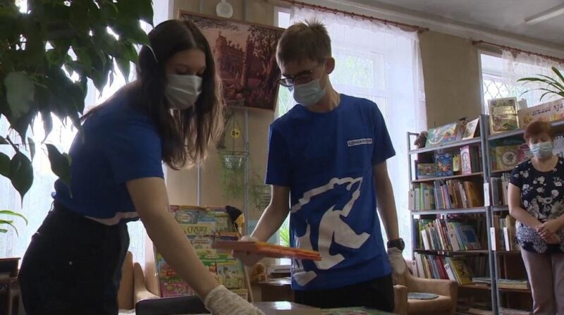 Тверские волонтеры подарили книги детской библиотеке