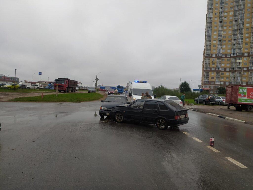 В Твери водитель сломал ребра при столкновении ВАЗов