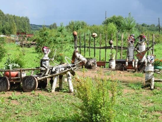 Жители деревни в Оленинском округе смастерили причудливые фигуры из дерева