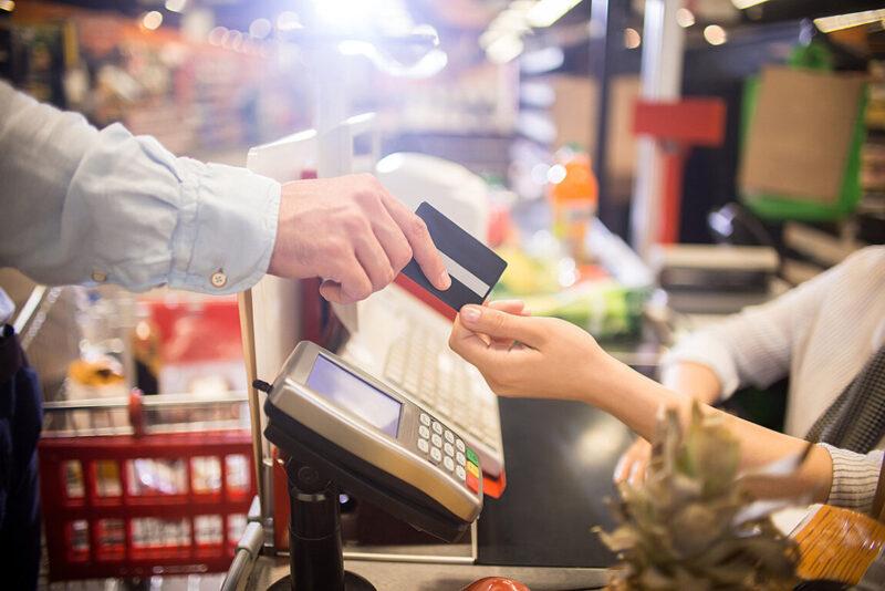 Житель Тверской области оплатил свои покупки чужой банковской картой