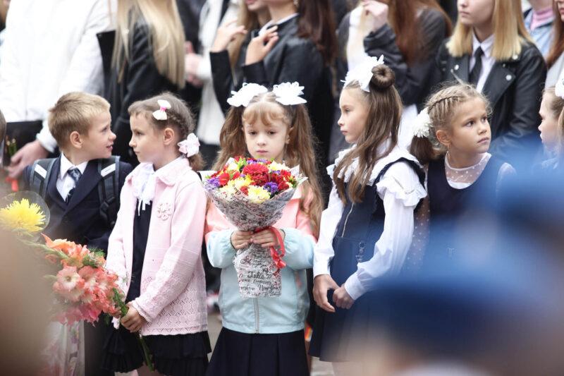 Цветы для волонтера: в тверской школе №38 отметили День знаний