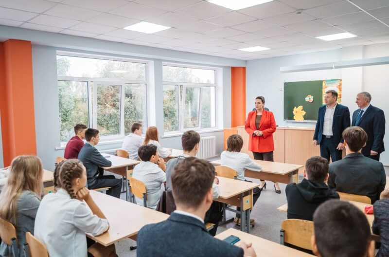 Юлия Саранова побывала на Дне знаний в средней школе поселка Эммаус