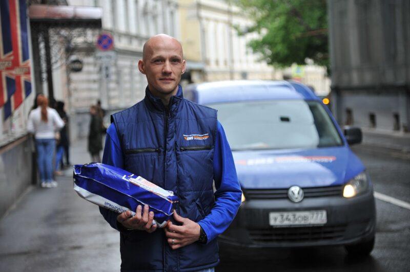 Почта России напоминает жителям Тверской области, как отправить письмо или посылку из дома