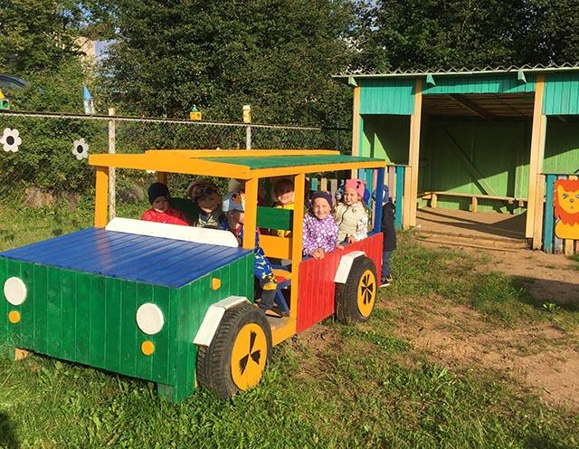 В детском саду Западной Двины воспитанники ездят на новой машине и мотоцикле