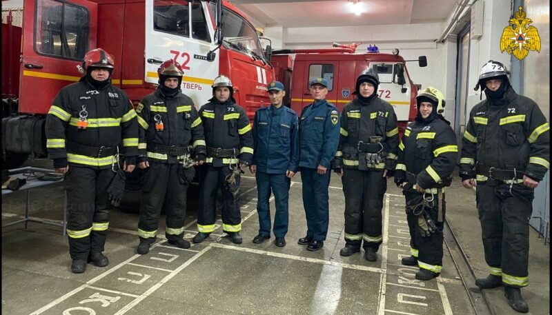 Под Тверью спасатели эвакуировали из горящей квартиры жильцов