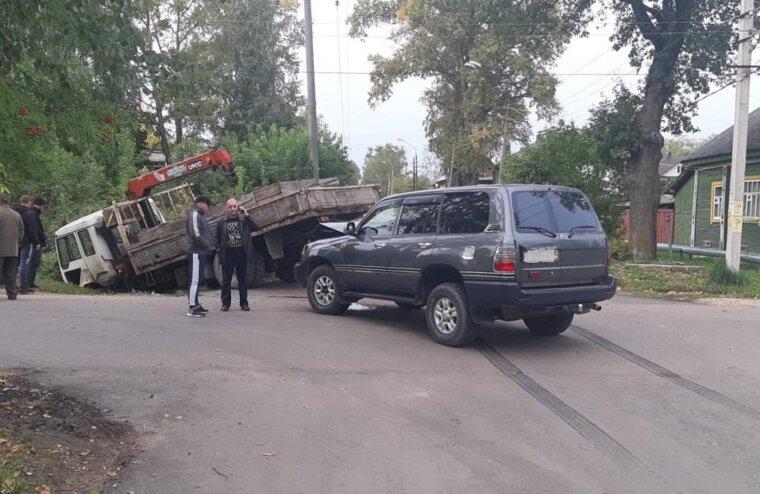 В Тверской области внедорожник влетел в манипулятор