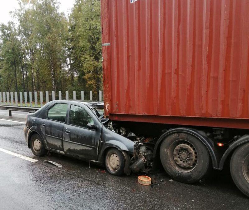 В Тверской области на трассе М-10 иномарка врезалась в фуру