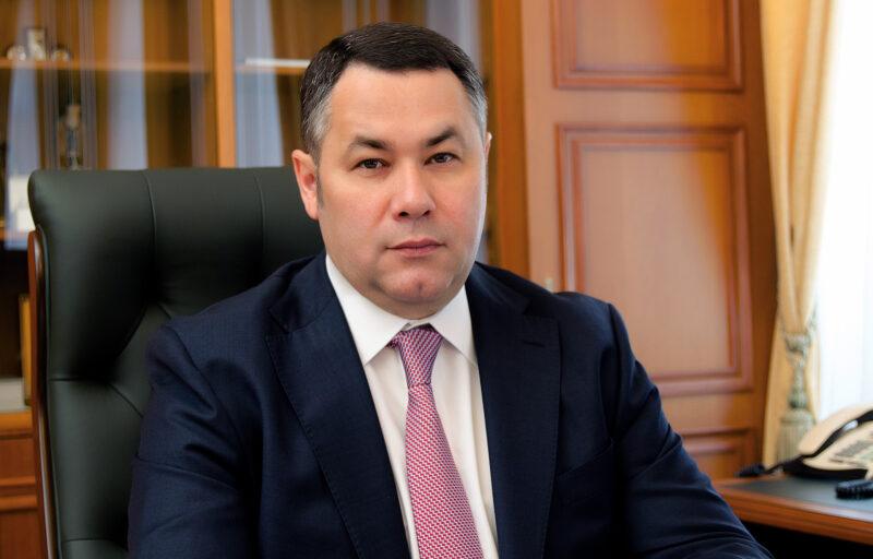 Игорь Руденя поздравил врача из Тверской области Сергея Холодина с присвоением ему почетного звания