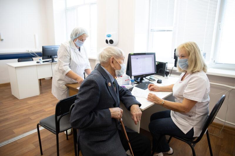 Почетный гражданин Тверской области Иван Кладкевич ревакцинировался против коронавируса