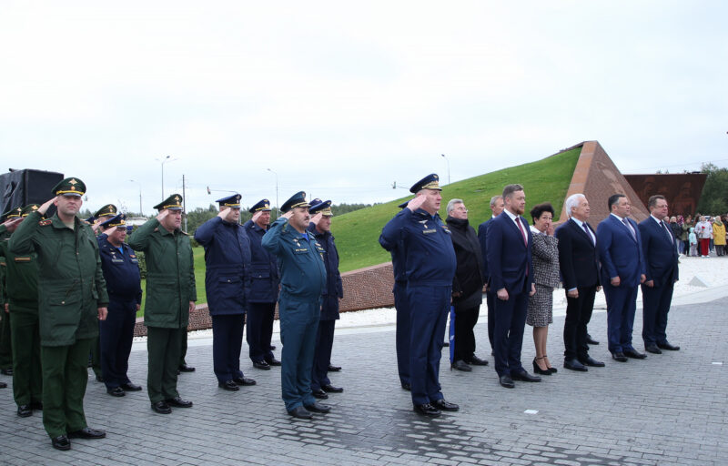 Игорь Руденя и Владимир Васильев возложили цветы к Ржевскому мемориалу Советскому солдату в память о фронтовиках