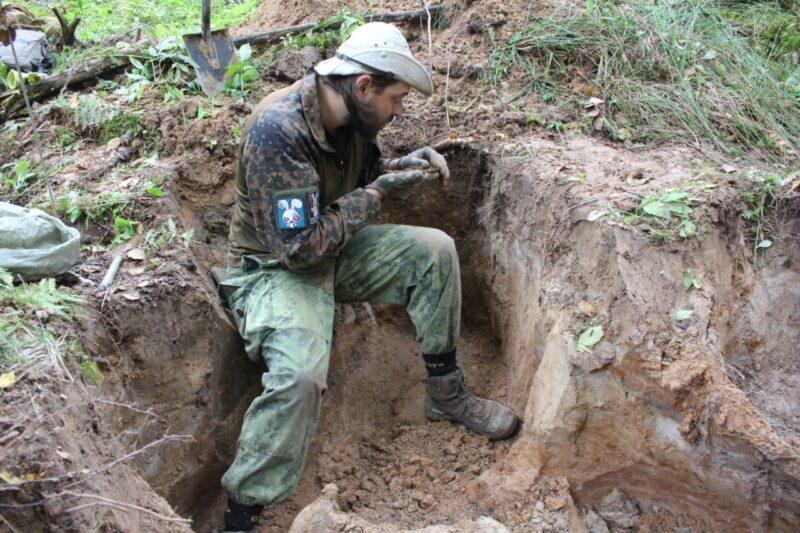 В Ржевском районе поисковики нашли медальон красноармейца
