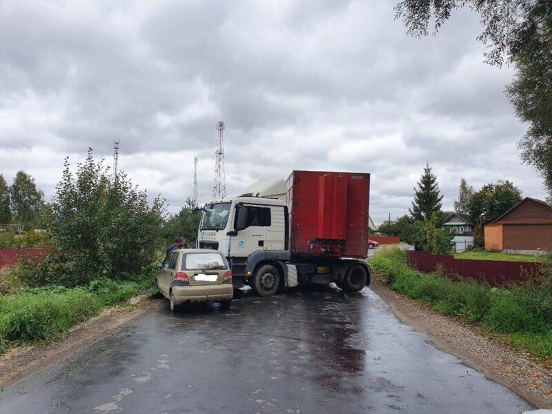 Легковушка и большегруз столкнулись в Тверской области