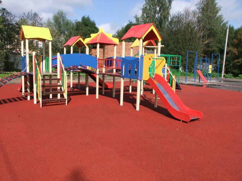 В Торопце появился новый детский игровой комплекс по национальному проекту «Жилье и городская среда»