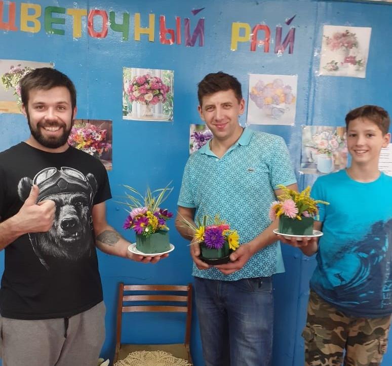 В библиотеке Западной Двины собирали цветочные букеты