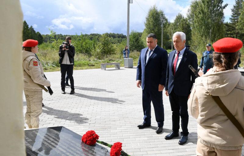 В Конаковском районе губернатор Игорь Руденя возложил цветы к мемориальному комплексу сержанту Васильковскому