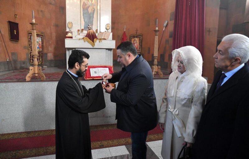 Игорь Руденя передал частичку мощей святого Григория настоятелю Армянской православной апостольской церкви