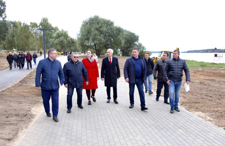 Игорь Руденя, Владимир Васильев и Юлия Саранова посетили набережную реки Волга в Конаково