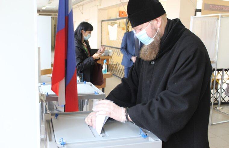 Епископ Бежецкий и Весьегонский Филарет посетил избирательный участок в первый из трех дней голосования