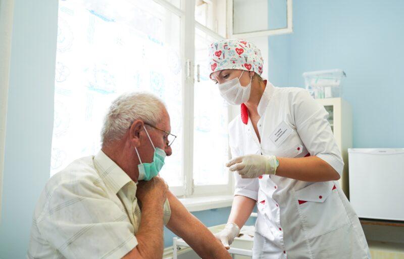 В Тверской области свыше 137 тысяч жителей старшего возраста сделали прививку против COVID-19