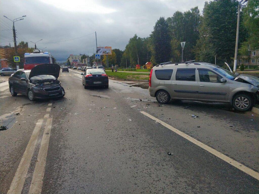 Есть пострадавшие: в Твери столкнулось два автомобиля