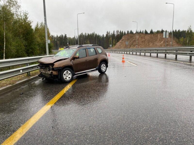 В Тверской области на трассе М-11 иномарка врезалась в барьерное ограждение