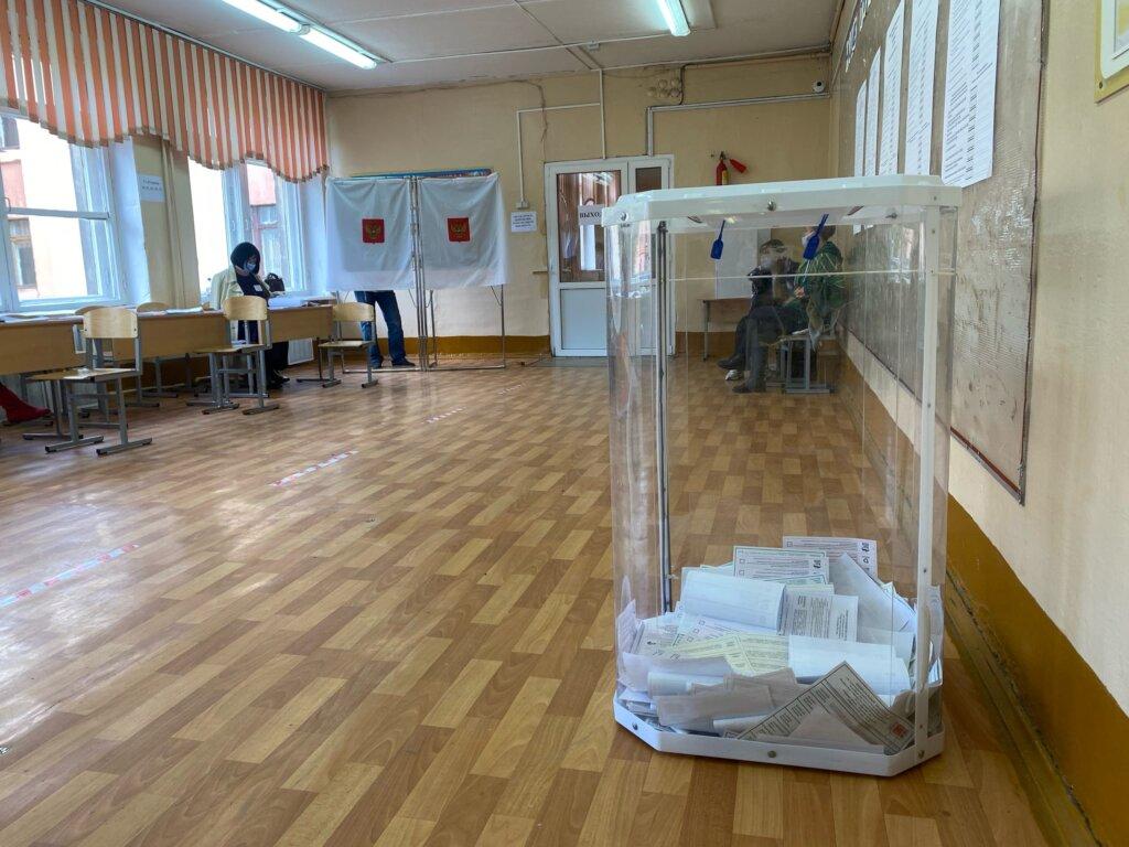 В Торжке волонтеры помогают жителям на избирательных участках
