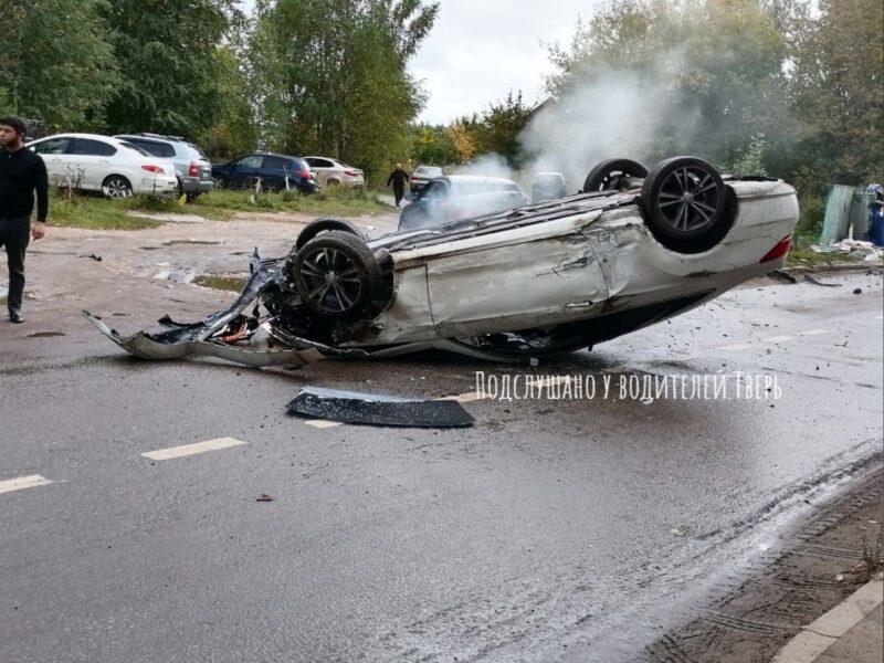 В Твери водитель иномарки врезался в мусорный бак