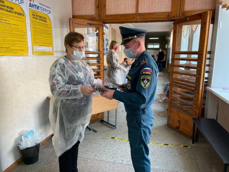 Сотрудники МЧС по Тверской области проводят дезинфекцию на всех избирательных участках