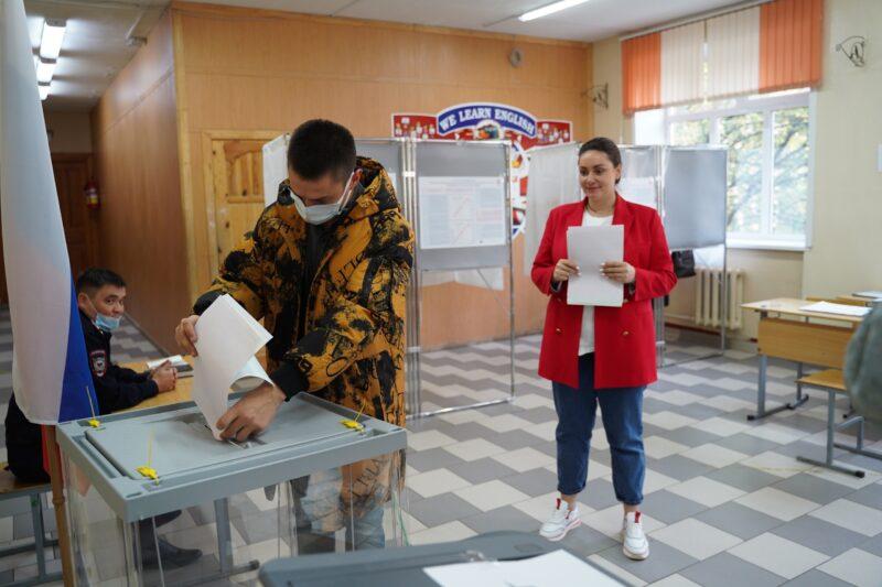 Лидер тверских волонтеров Юлия Саранова проголосовала вместе с семьей – папой, мамой и братом