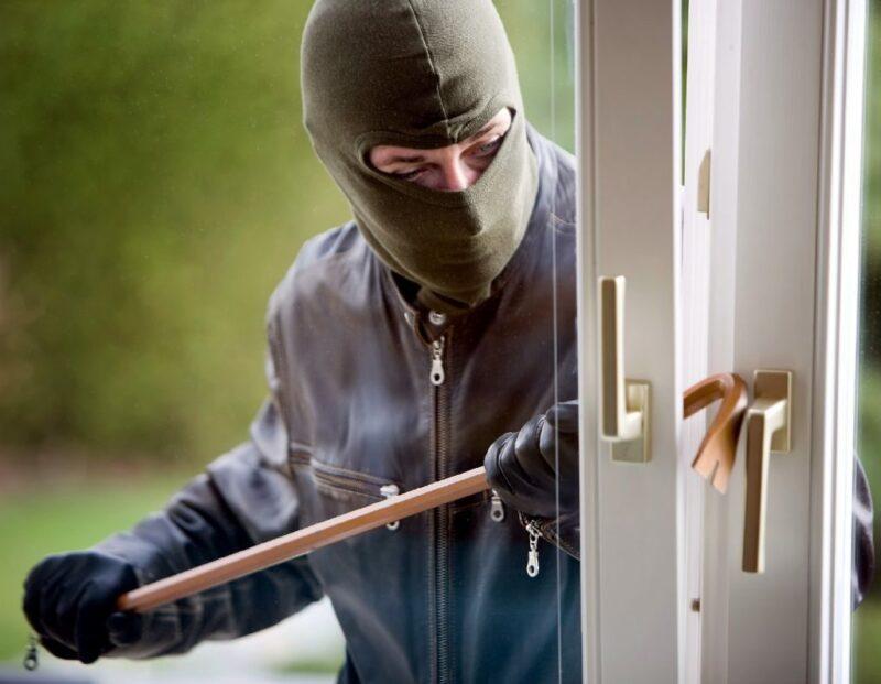 В Тверской области вор тайно проник в чужой дом и украл технику