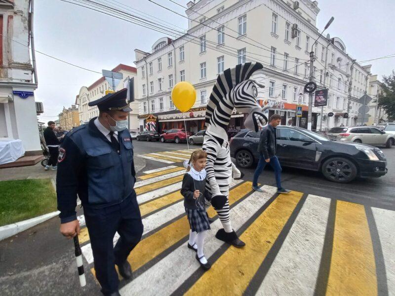 """В День знаний тверские школьники переходили дорогу вместе с Зеброй по """"зебре"""""""