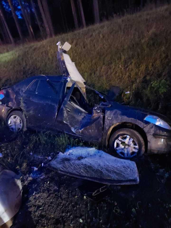 В Тверской области женщина-водитель въехала в мачту освещения, а затем вылетела в кювет