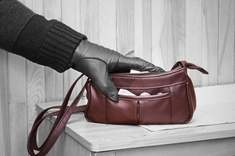 В Тверской области безработная женщина украла кошелёк у пенсионерки