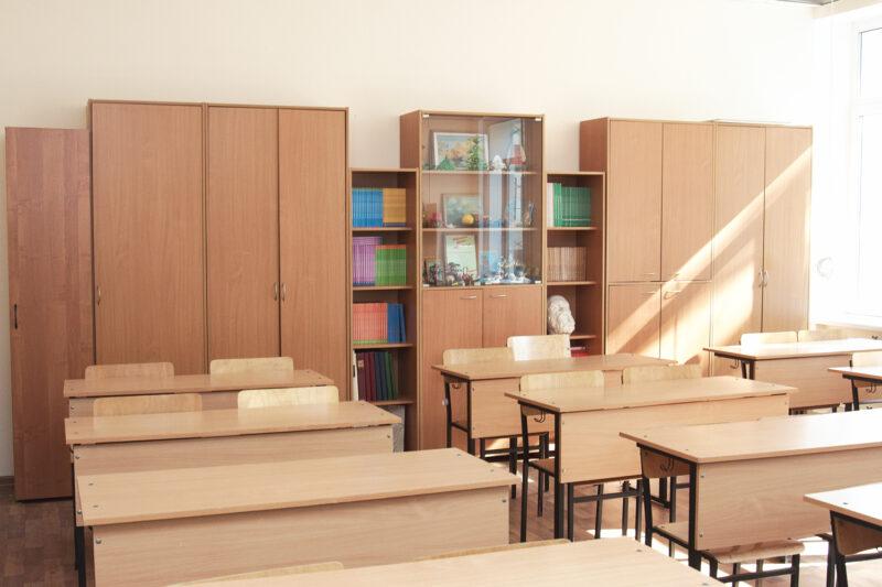 К началу нового учебного года одна из компаний Тверской области закупила в сельские школы новую мебель