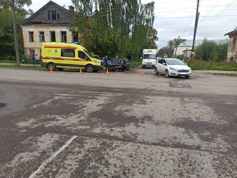 В Тверской области на перекрестке произошла авария, в которой пострадали четыре человека