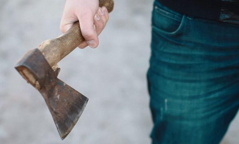 В Тверской области мужчина из ревности ударил топором своего знакомого