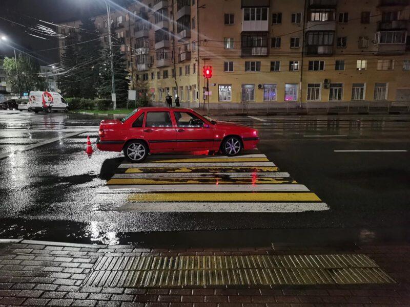 В Твери иномарка сбила двух пешеходов, которые переходили дорогу на разрешающий сигнал светофора