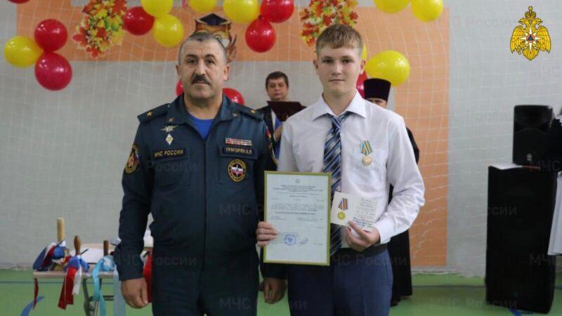 В Красном Холме школьнику вручили медаль «За спасение погибающих на водах»