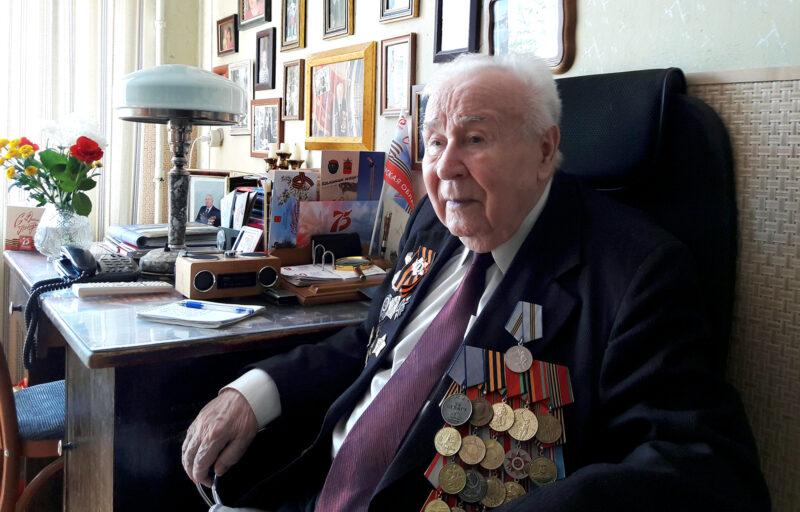 Игорь Руденя поздравил с 95-летием фронтовика, участника Парада Победы 1945 года Николая Александровича Карпова